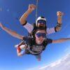 Skoki spadochronowe w tandemie dostępne dla każdego. Sprawdź, jak skoczyć ze spadochronem