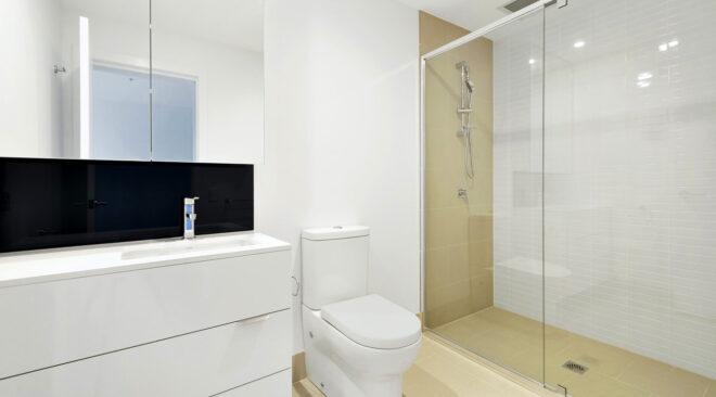 Jak urządzić małą łazienkę z prysznicem bez brodzika?